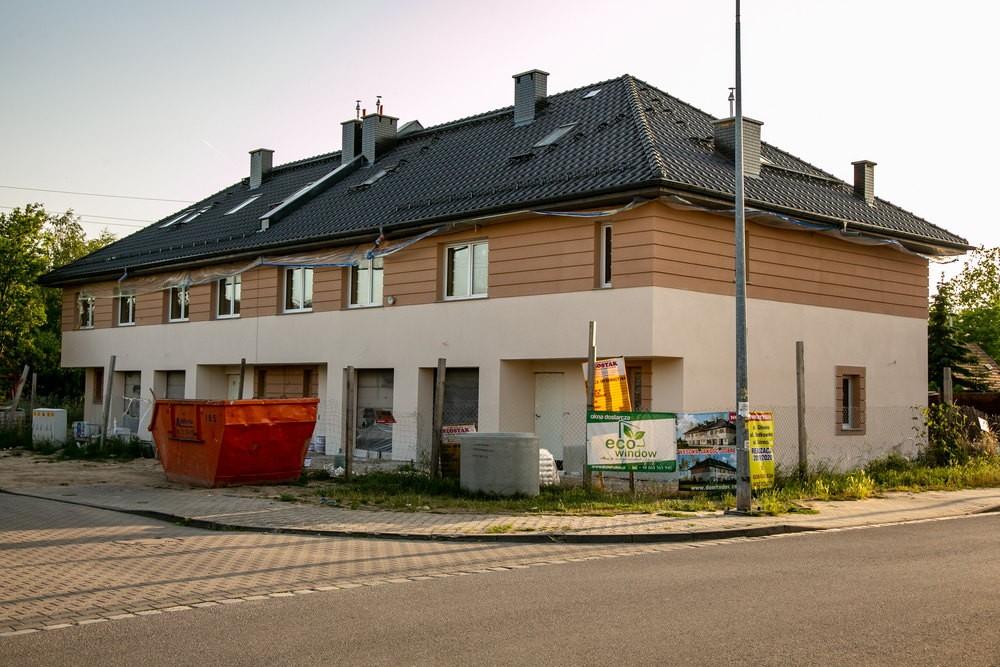 Segmenty szeregowe o zwiększonej powierzchni mieszkalnej przy ulicy Głównej we Wrocławiu.